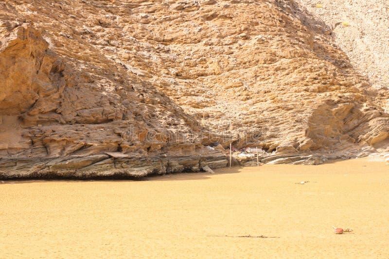 Yiti Muscat Oman strand på en solig dag med det molniga vädret som har berg på bakgrunden royaltyfri foto
