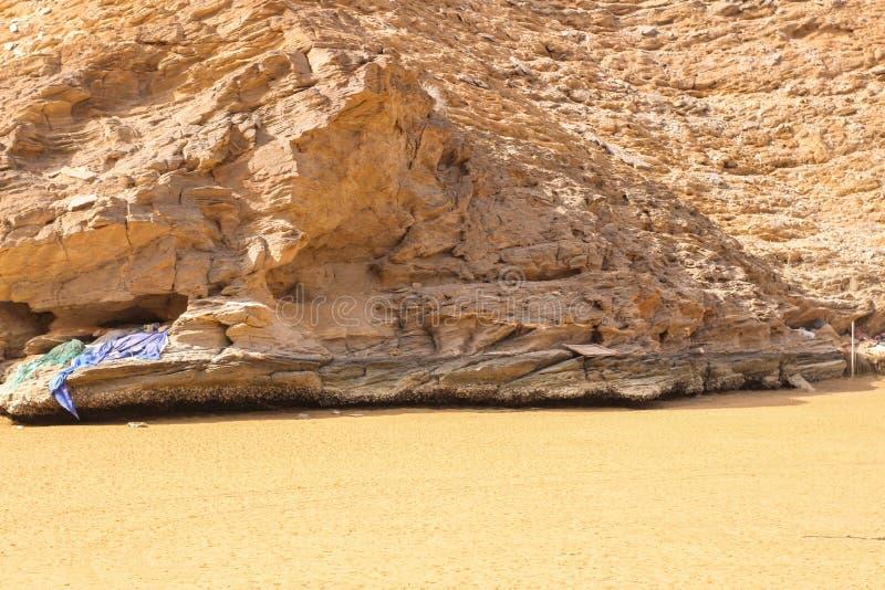 Yiti Muscat Oman strand på en solig dag med det molniga vädret som har berg på bakgrunden arkivfoton
