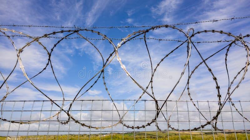 Żyletki Druciany ogrodzenie ochronne zdjęcia royalty free