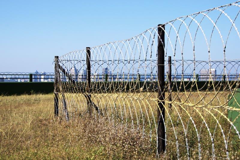 Żyletki ogrodzenia ochronnego Druciany otaczanie Ochraniająca struktura zdjęcia royalty free