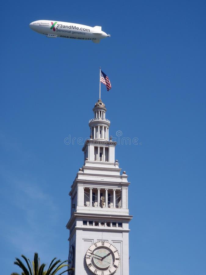 23yMe anuncio de com sobre la torre del reloj del edificio Ferry fotografía de archivo libre de regalías