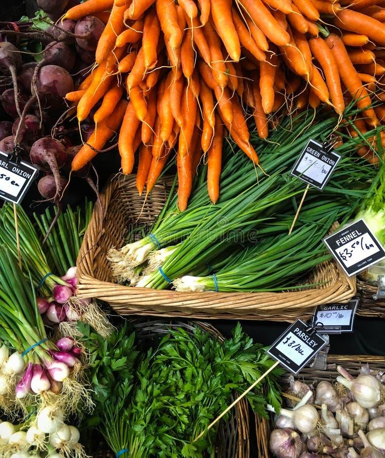 Ymnighetshorn av grönsaker i samling av färger från lokala bönder marknadsför arkivbild