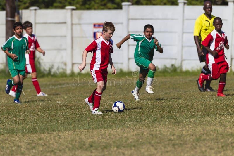 Yngre fotbollfotbolllek royaltyfria bilder