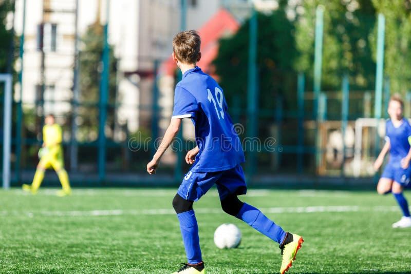 Yngre fotbollsmatch E r royaltyfri foto