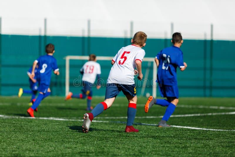 Yngre fotbollsmatch E r royaltyfri fotografi