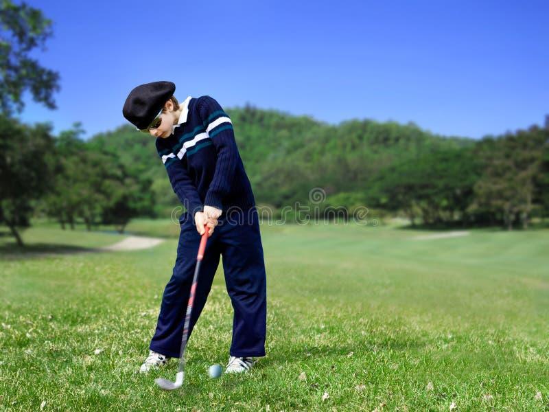 yngre swing för golfare royaltyfria bilder