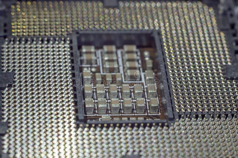 In?ynier czopuje jednostka centralna mikroprocesor p?yty g??wnej nasadka Informatyka, narz?dzia naprawa i utrzymanie lub obrazy stock