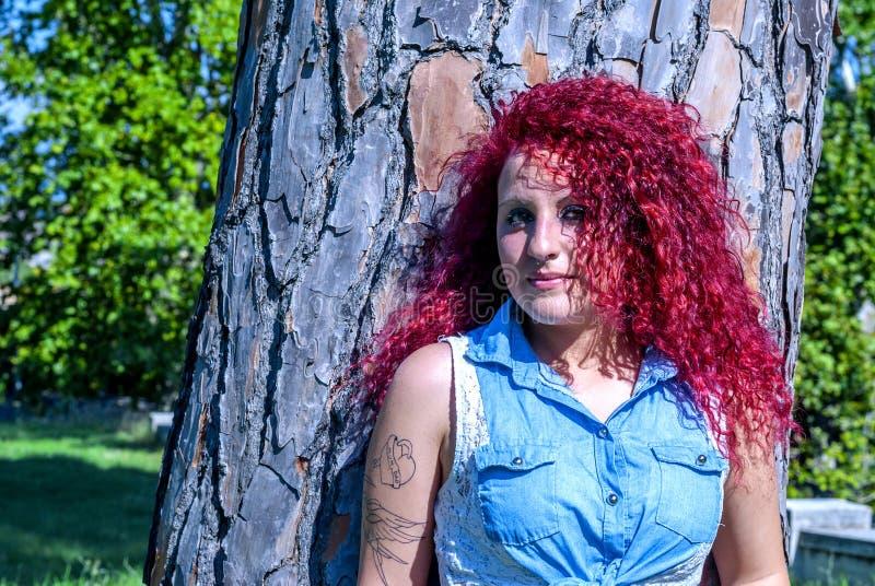 Ynkrygg med stilfullt hårmode royaltyfria foton
