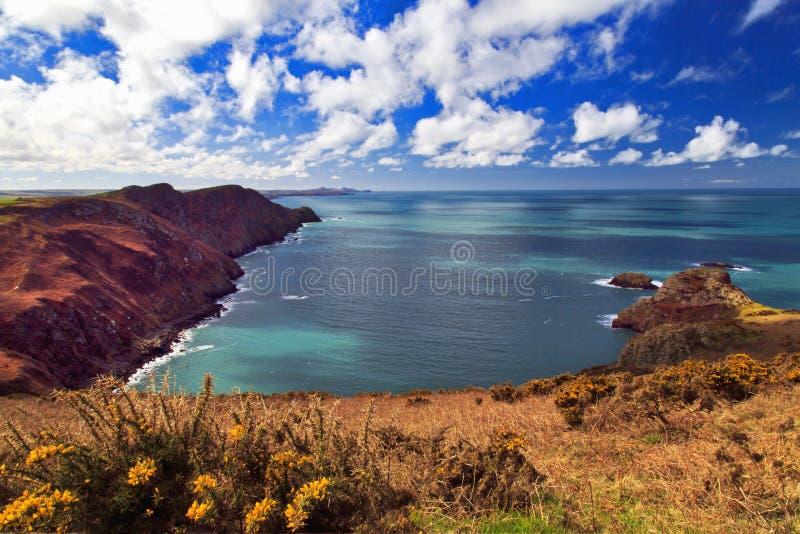Ynys y Ddinas over de Kustlijn van Pwll Deri Pembrokeshire royalty-vrije stock afbeelding