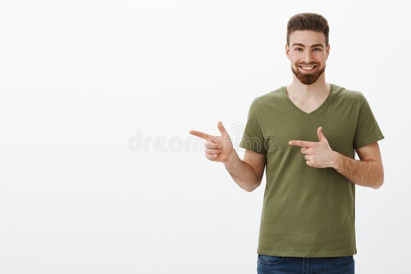 Yo czek ono za śpieszy w górę Portret entuzjastyczny i z podnieceniem atrakcyjny brodaty facet w oliwny koszulki ono uśmiecha się obrazy stock