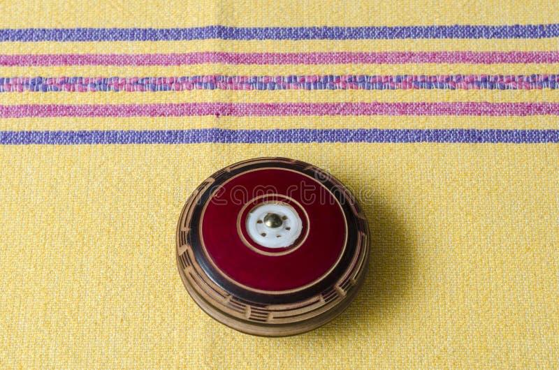 Yo-yo en bois de cru sur la nappe jaune image stock
