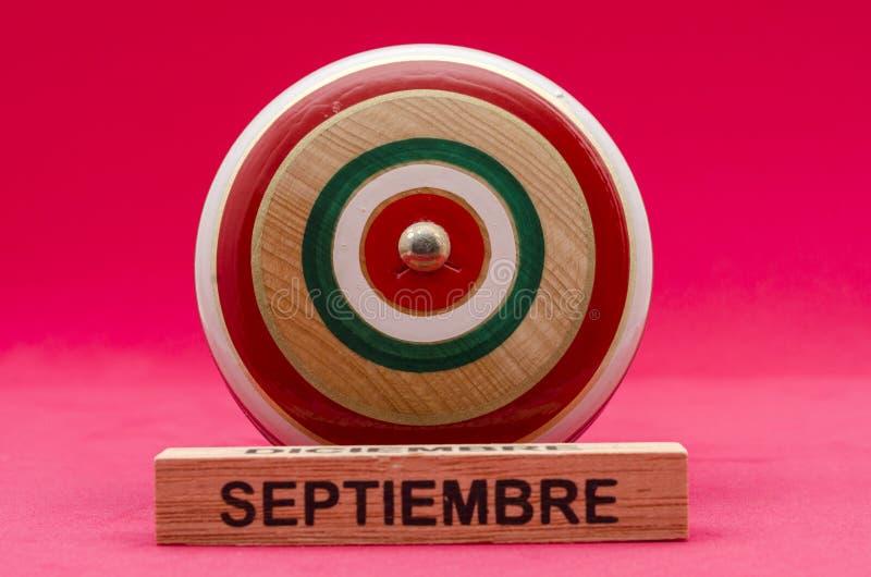 Yo-yo en bois de vintage sur le fond rouge photos stock
