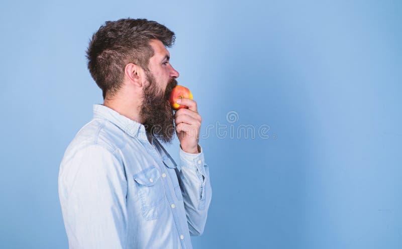 Yo nutrici?n de la dieta del hombre de las manzanas de amor como la fruta Concepto sano de la nutrici?n Inconformista hermoso del imagenes de archivo