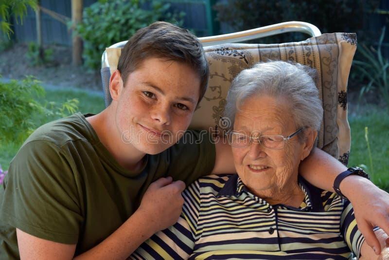 Yo y la abuela, muchacho visita a su grande-abuela foto de archivo libre de regalías