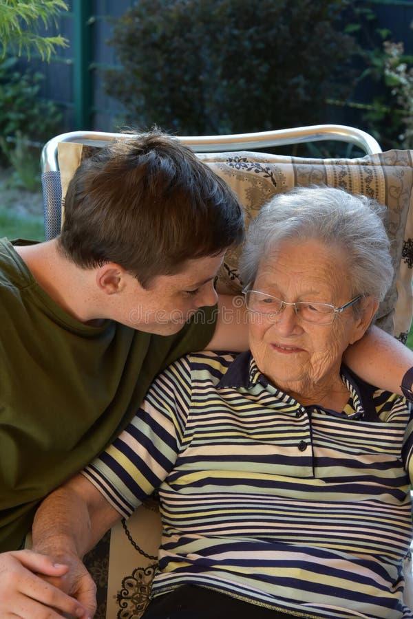 Yo y la abuela, muchacho visita a su grande-abuela imagen de archivo libre de regalías