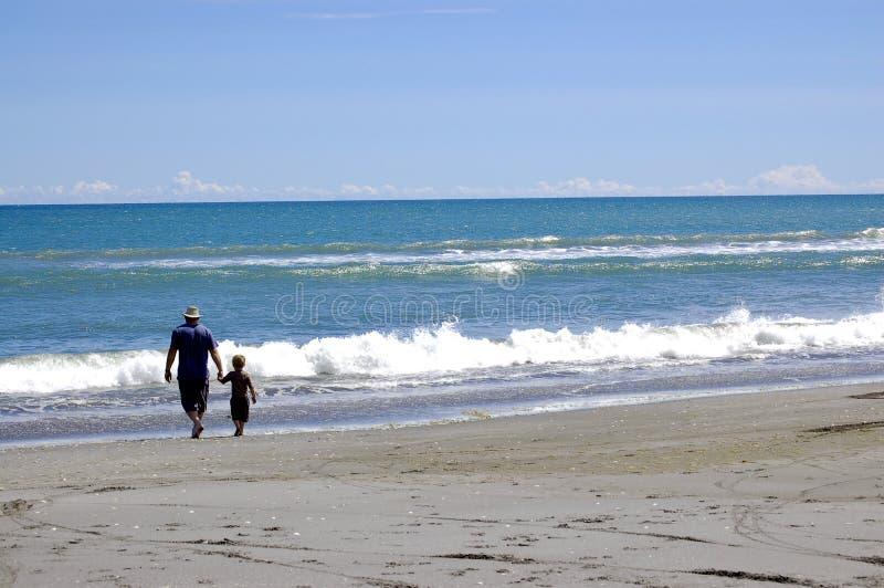 Yo y mi papá en la playa fotos de archivo