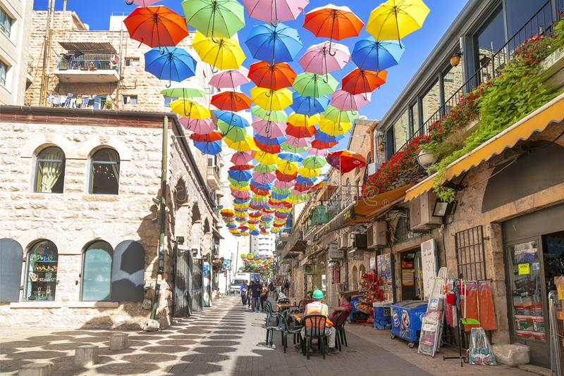 Yoel Moshe Salomon Street in Jeruzalem, met helder gekleurde paraplu's wordt verfraaid die royalty-vrije stock fotografie