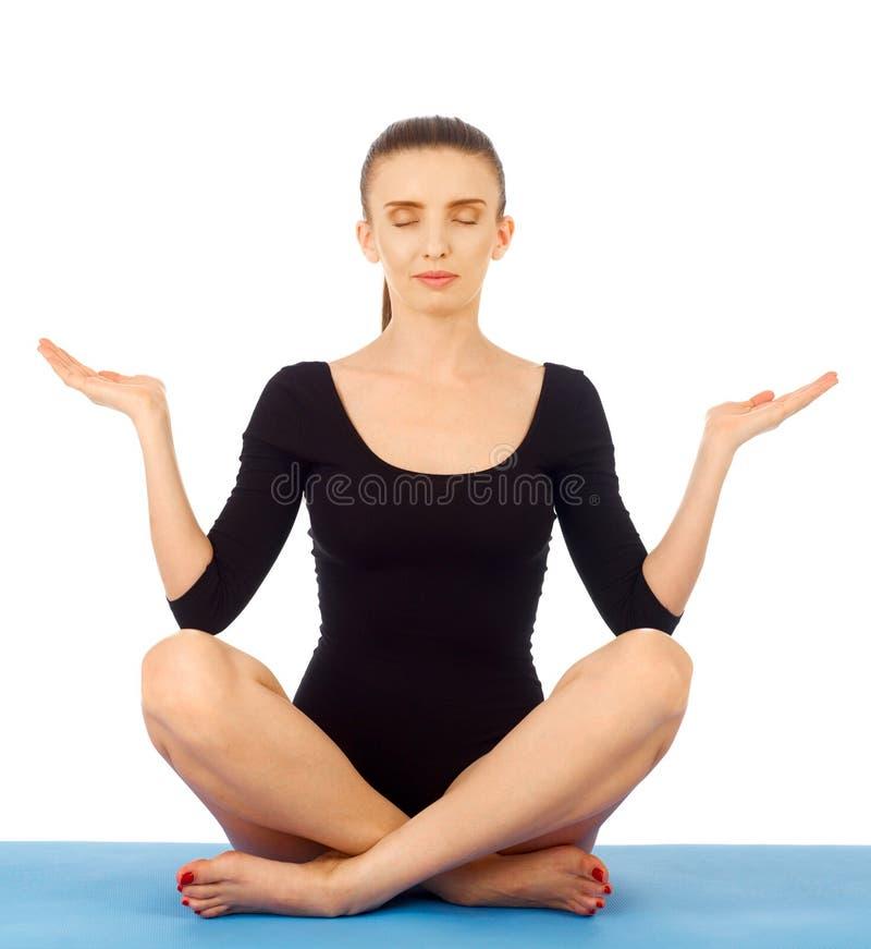 Yogaövning på vit royaltyfri foto