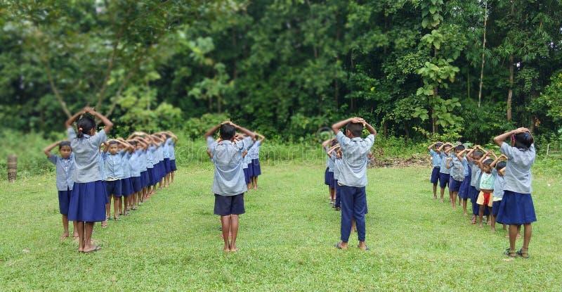 Yoga à l'école photos stock