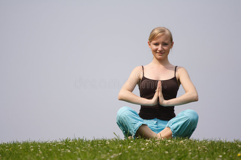 Yoga à l'extérieur photo libre de droits