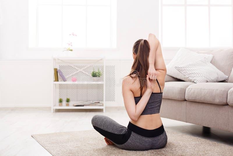 Yoga à la maison Femme s'étirant dans la pose de lotus photo libre de droits
