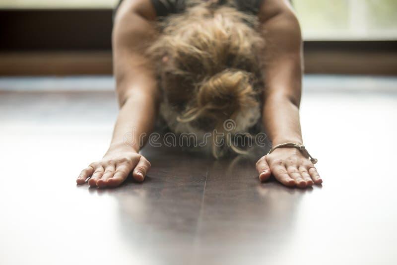 Yoga à la maison : Pose d'enfant photos libres de droits