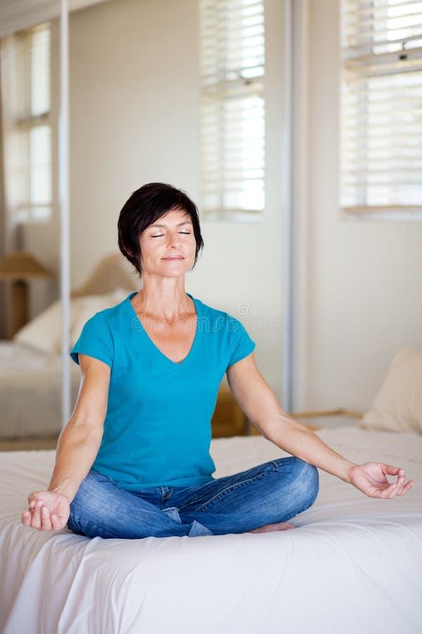 Yoga âgé moyen de femme photos stock