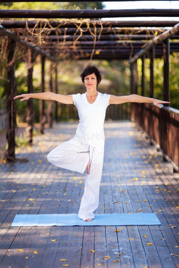 Yoga âgé moyen de femme image libre de droits
