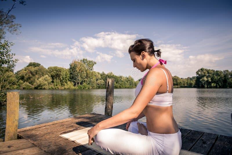Download Yoga stockbild. Bild von sommer, fluß, jung, gesund, draußen - 26365887