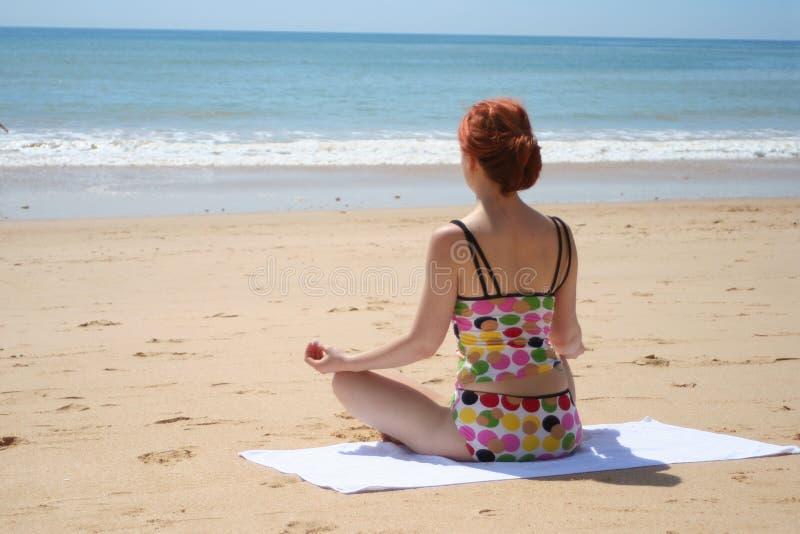 Yoga 5 de la playa fotos de archivo