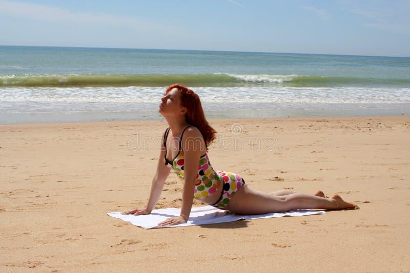 Yoga 9 de la playa fotografía de archivo libre de regalías