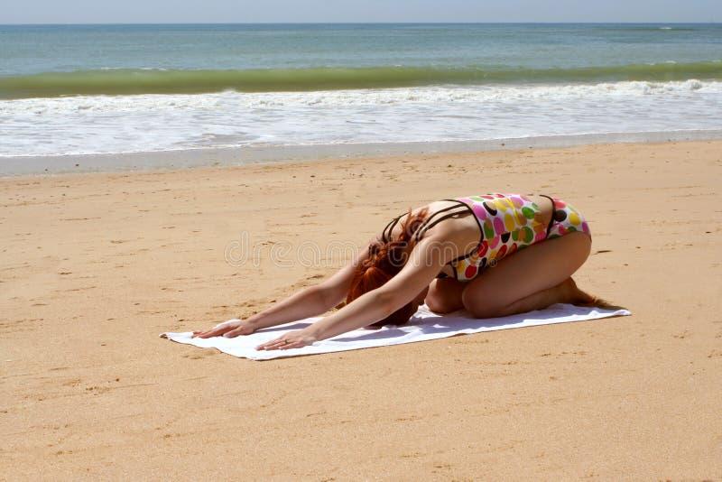 Yoga 9 de la playa fotos de archivo