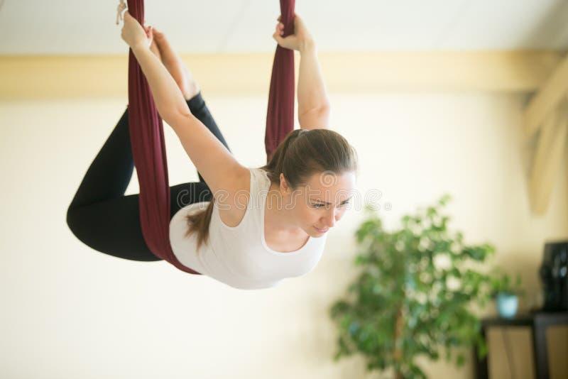 Yoga aérea: El volar en hamaca imagenes de archivo