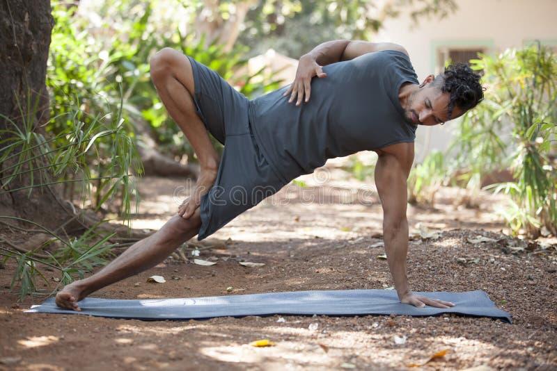 Yoga in aard royalty-vrije stock afbeeldingen