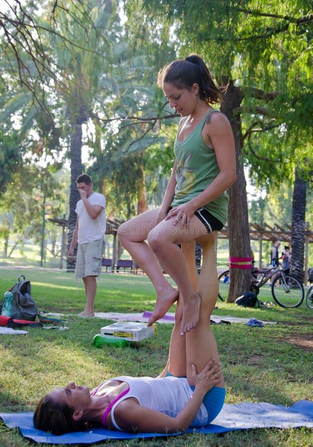 Yoga acrobática fotografía de archivo