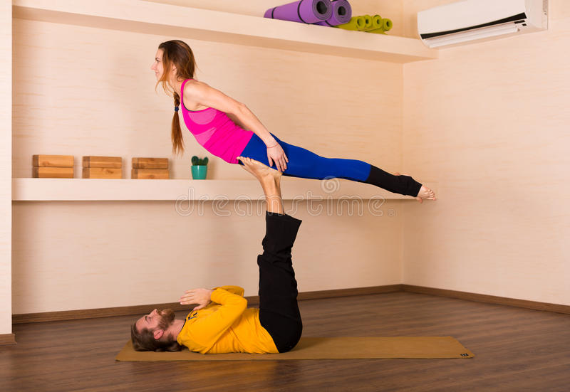 Yoga acrobatique dans un studio photos libres de droits