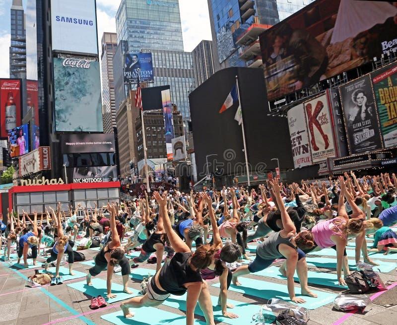 Yoga af en toe Vierkant royalty-vrije stock afbeeldingen