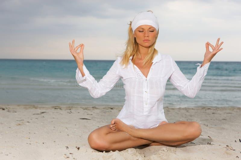 Yoga ai Caraibi fotografie stock libere da diritti
