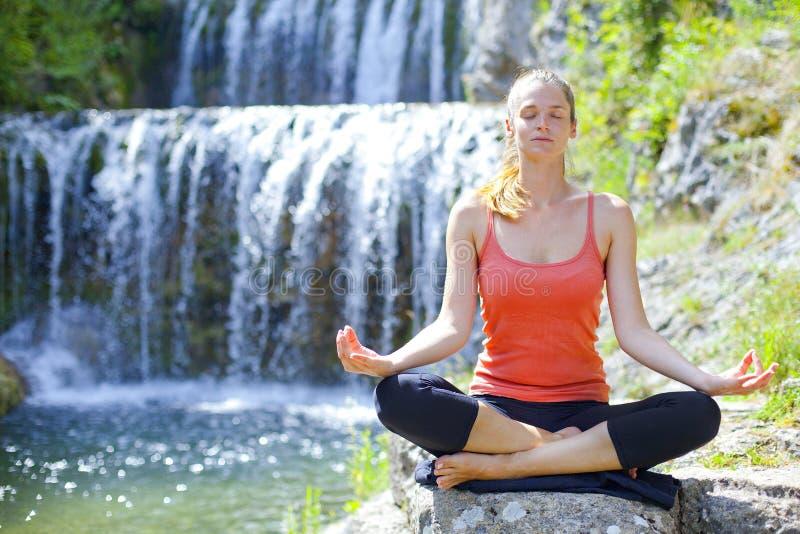 Yoga al aire libre foto de archivo