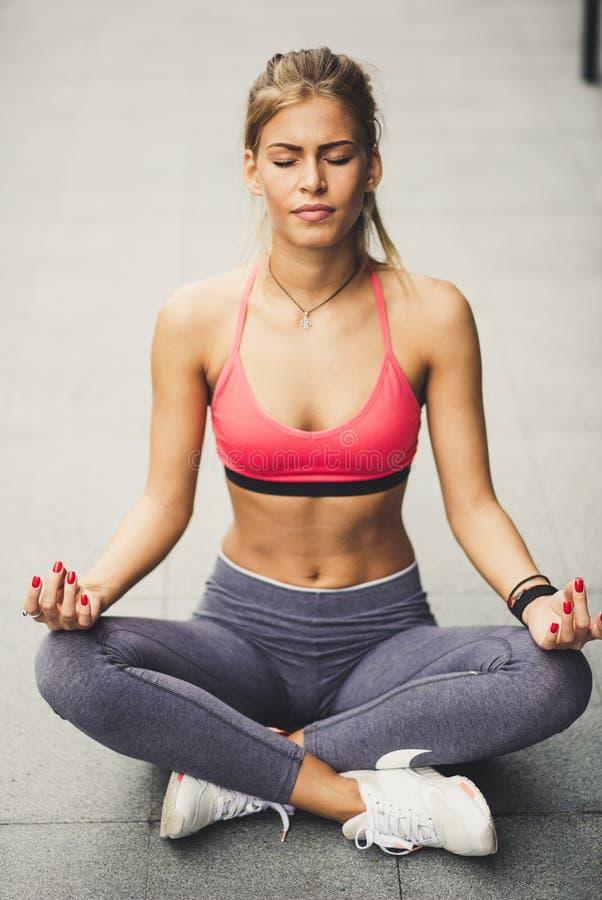 Yoga al aire libre Mujeres rubias hermosas jovenes imagen de archivo