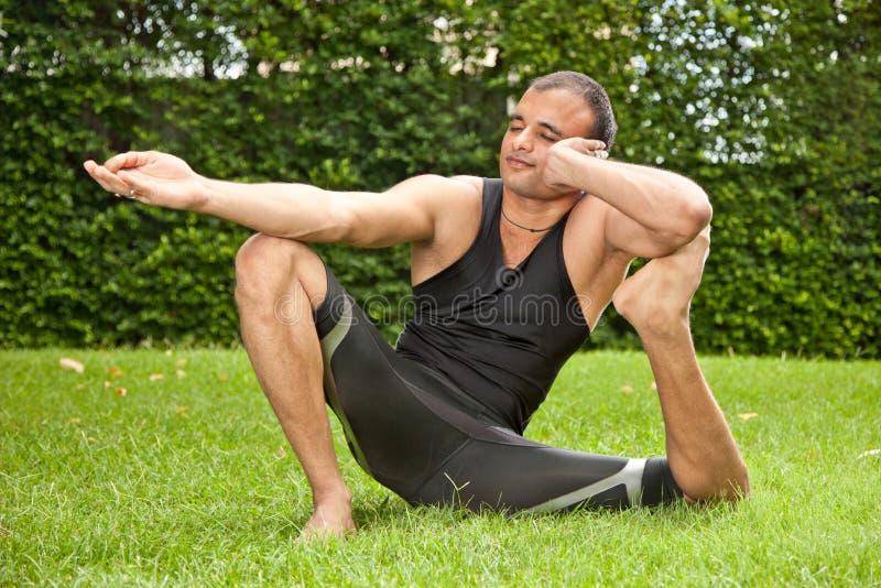 Yoga all'aperto immagine stock