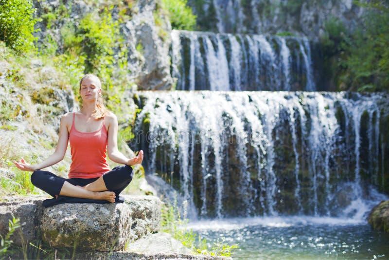 Yoga all'aperto fotografia stock libera da diritti