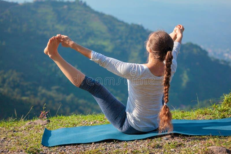 Yoga all'aperto in montagne fotografia stock libera da diritti