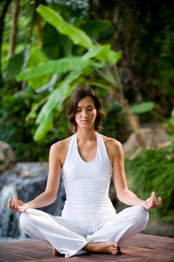 Yoga all'esterno immagini stock libere da diritti