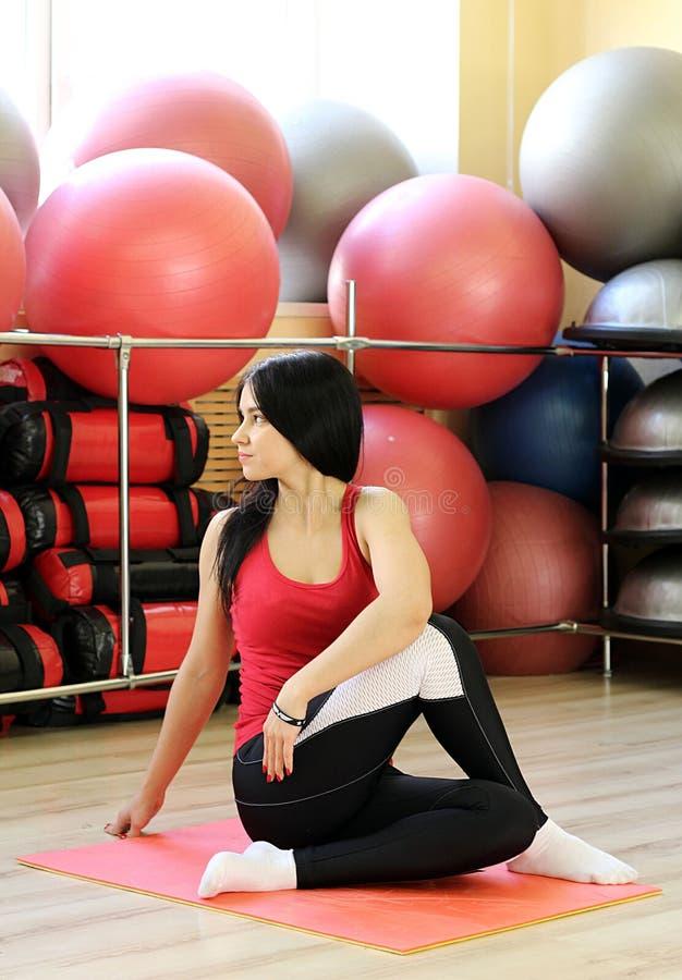 Yoga all'interno fotografie stock libere da diritti