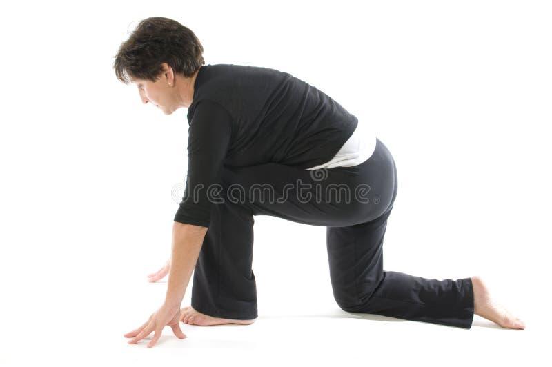 Yoga Anjaneyasana Kneeli de la mujer fotos de archivo