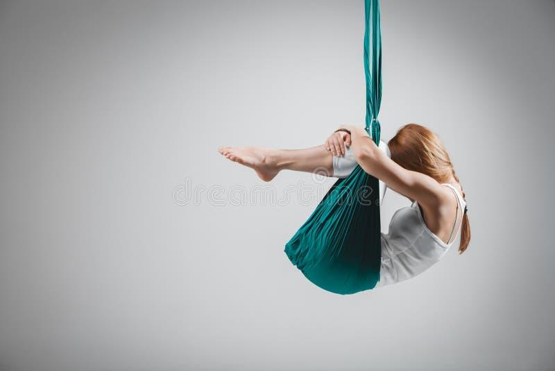 Yoga antigravedad - imagen común fotografía de archivo
