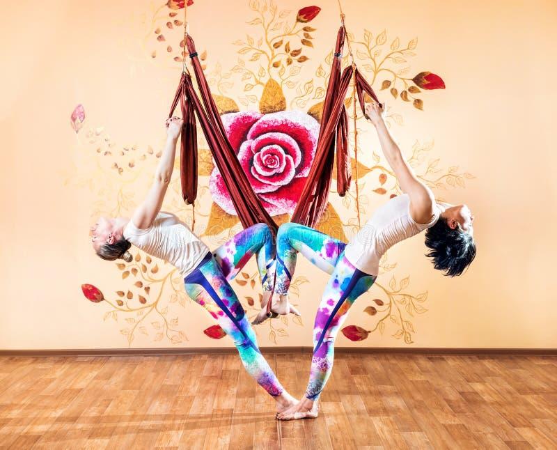 Yoga antigravità delle coppie all'amaca fotografia stock libera da diritti
