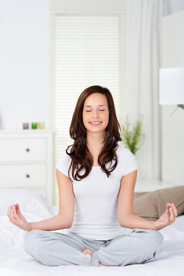 Yoga auf Bett stockfotografie