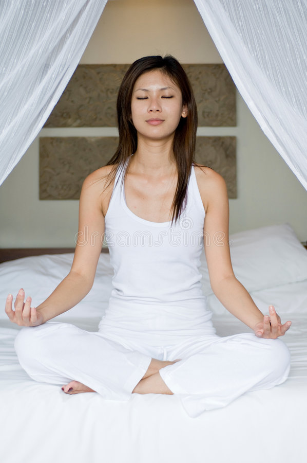 Yoga auf Bett stockfotos